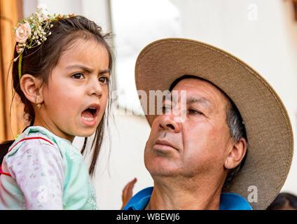 Cuenca, Équateur le 24 déc 2017 - père réagit à sa fille malheureuse, qui est habillé pour l'assemblée annuelle de pase Nino parade de Noël Banque D'Images