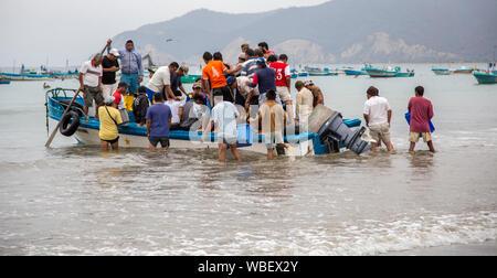 Puerto Lopez, ÉQUATEUR - Nov 26, 2012: l'essaim des travailleurs petit bateau de pêche pour décharger ses prises Banque D'Images