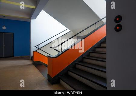Le Bauhaus Dessau intérieur. Escaliers escalier dans le bâtiment du Bauhaus Dessau Allemagne. Conçu par Walter Gropius. Les couleurs Les couleurs d'origine restaurés. Banque D'Images