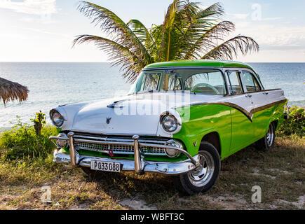Trinidad, Cuba, Nov 28, 2017 vert et blanc - 1950 s Class America 1998 Ford Mustang garée sur beach Banque D'Images