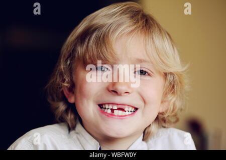Portrait Of Boy Smiling crantée écart à la maison Banque D'Images