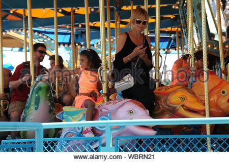Anaheim, CA - trois jours seulement après avoir sauvé son fils de 7 ans et deux gardes de la noyade, à New York, Heidi Klum et son copain Martin Kristen traiter ses enfants Leni, Henry, Johan et Lou pour une journée à Disney California Adventure. Il semble que Henry n'a pas peur des eaux déchaînées après son incident effrayant parce qu'il a heureusement rode Grizzly River Run avec sa famille. Le top model, maman s'assit à côté de ses filles protecteur tandis qu'ils montaient King Triton's Carousel de la mer. Alors il était hors de l'ouverture récente du terrain, où les voitures Heidi et ses deux filles sont allés pour un rapide tour sur Luigi's Flying Banque D'Images