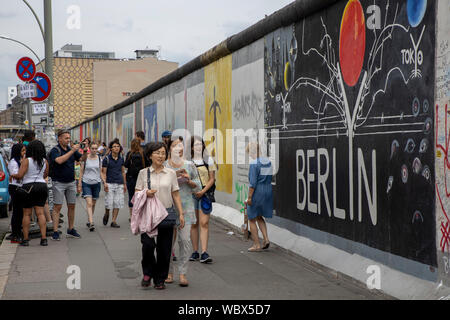Les touristes, l'Eastside Gallery, Friedrichshain, Berlin Banque D'Images