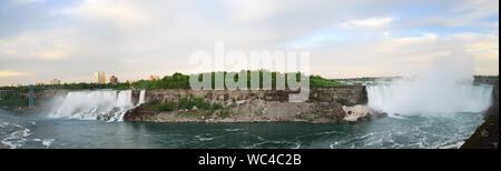 Vue panoramique des chutes du Niagara vue du côté canadien au crépuscule Banque D'Images