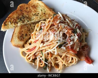 Vue de dessus de Spaghetti à l'ail pain servi en plaque blanche Banque D'Images