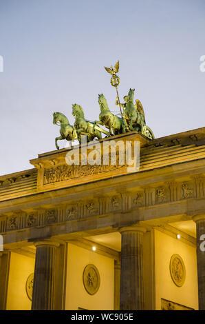 Low Angle View Of Illuminated Brandenburg Gate contre le ciel au crépuscule, Berlin, Allemagne Banque D'Images