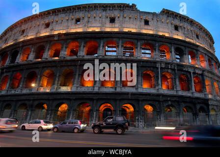 Voitures garées en face de Colosseum Banque D'Images