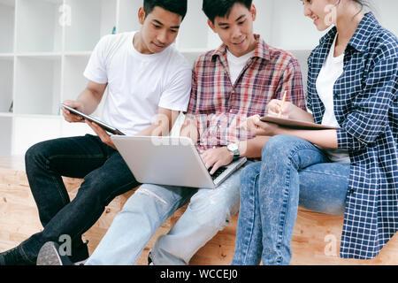 L'éducation étudiants Social Media tablette pour ordinateur portable. L'adolescence, l'éducation et Frandship concept. Banque D'Images