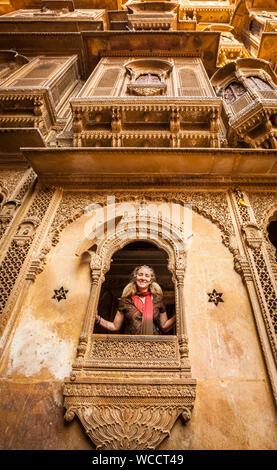 Un touriste caucasien posant pour une photo dans l'un des nombreux Havelis étonnante à Jaisalmer, Rajasthan, Inde. Banque D'Images
