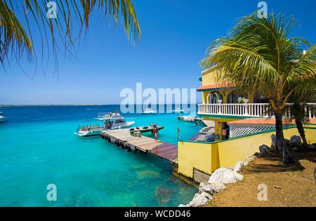 Jetée à Buddy Dive Resort, Dive resort populaires sur Bonaire, Antilles néerlandaises Banque D'Images
