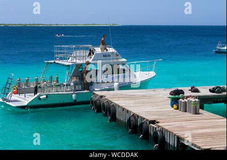 Bateau de plongée à la jetée de Buddy Dive Resort, hôtel populaire sur Bonaire, Antilles néerlandaises Banque D'Images