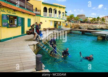 Scuba Diver à Buddy Dive Resort, Dive resort populaires sur Bonaire, Antilles néerlandaises Banque D'Images