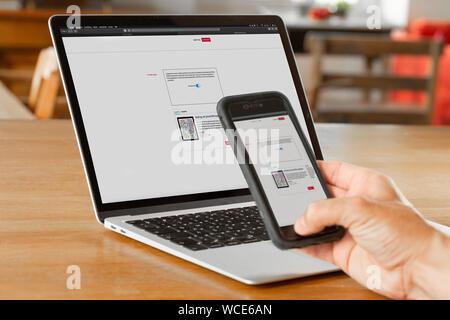 La numérisation d'un photoTAN avec smartphone pendant les services bancaires en ligne, de l'Allemagne. Banque D'Images