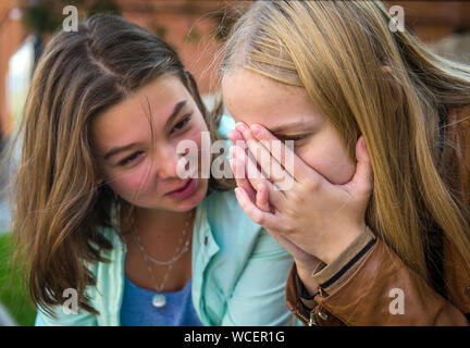Teenage Girl Sitting Outdoors Sœur triste Banque D'Images