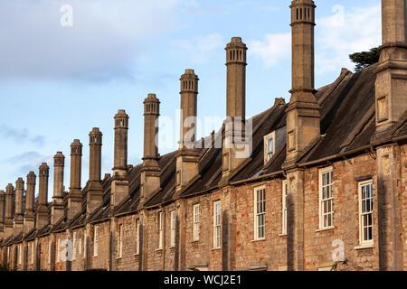 Une ligne de cheminées sur les maisons le long de l'historique de Vicaires Fermer dans Wells, Somerset