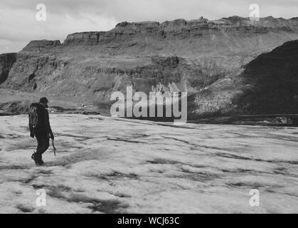 L'homme marche sur glacier Banque D'Images