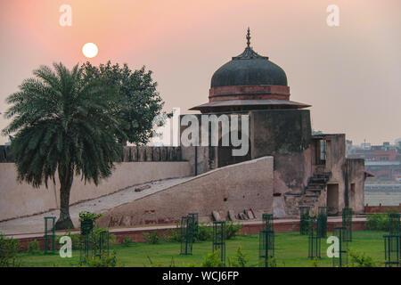 Dépendance en dôme sur la rive à l'Itimad-ud-Daulah tombe (Baby Taj), au coucher du soleil, Agra, Uttar Pradesh, Inde, l'Asie centrale Banque D'Images