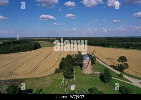 Deux génération - anciens et nouveaux moulins à vent dans les terres agricoles, de la Lituanie, antenne Banque D'Images