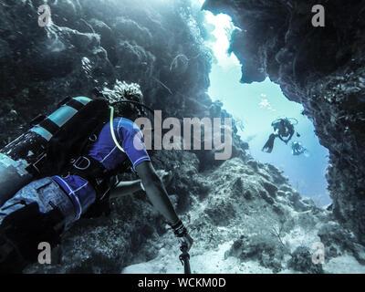 Low Angle View of People La plongée sous l'eau par Rock Formation Banque D'Images