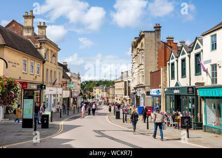 Chippenham magasins avec des gens shopping Garbsen England uk go Europe Banque D'Images