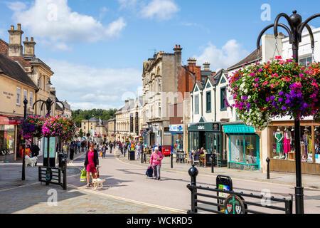 Chippenham magasins avec des gens shopping Wiltshire England uk go Europe Banque D'Images