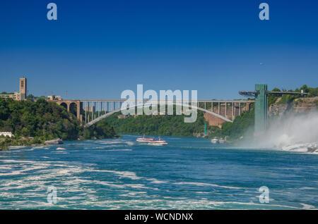 Pont en arc-en-ciel au-dessus de la gorge de la rivière Niagara, côté américain, près de Niagara Falls. C'est une arche au pont entre le Canada et les États-Unis d'Amérique. Banque D'Images