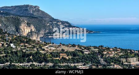 Vue panoramique sur mer et montagne contre Ciel Bleu clair Banque D'Images