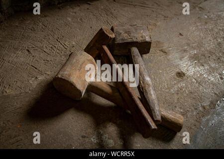 Un ensemble de meubles en bois traditionnels hammers
