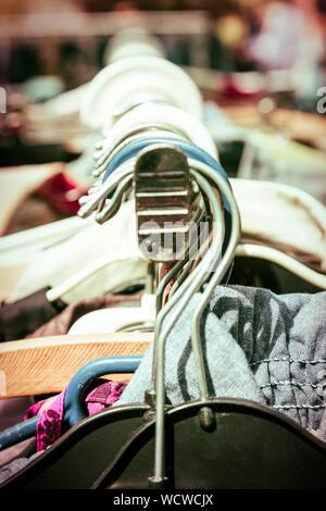 Close-up de vêtements sur cintres Marché à crémaillère Banque D'Images