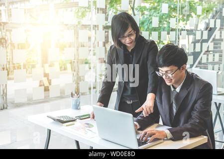 Businessteam working on project looking at rapport et d'avoir une discussion en bureau. concept d'entreprise. Banque D'Images