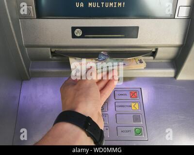 Portrait de l'homme un retrait d'argent au distributeur