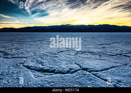 Coucher de soleil sur la Panamint Mountains vu de sel Badwater dans la vallée de la mort, en Californie. Banque D'Images