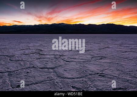 Spectaculaire coucher de soleil derrière le pic de télescope Panamint Mountains vu de sel Badwater appartements dans Death Valley National Park. Banque D'Images