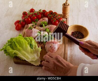 Portrait of Woman Preparing Food In Kitchen Banque D'Images