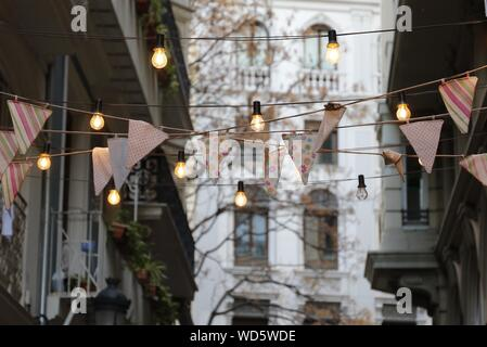 Low Angle View d'Ampoules avec Streamers Hanging In Front of House Banque D'Images