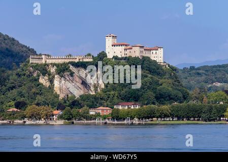 La belle Rocca di Angera Varese domine la partie sud du Lac Majeur, Italie Banque D'Images