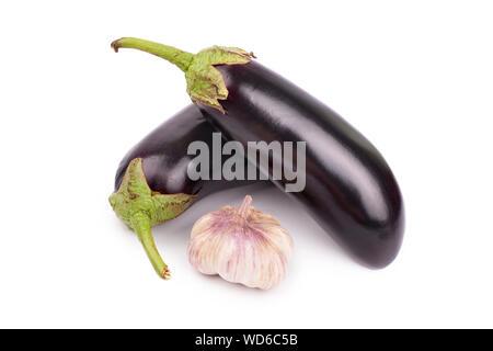 Tête d'ail et les aubergines sur fond blanc isolé gros plan Vue de dessus Banque D'Images