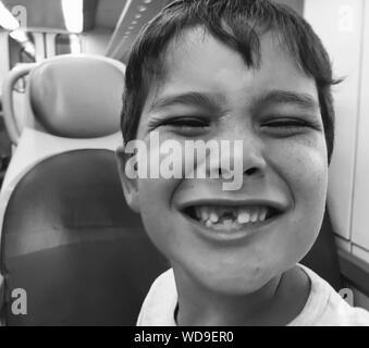 Portrait Of Smiling Boy avec Gap dent en véhicule Banque D'Images