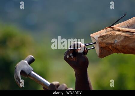 Mains coupées Hitting Nail En bois avec un marteau Banque D'Images