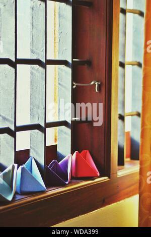 Close-up de bateaux en papier coloré sur l'appui de fenêtre Banque D'Images