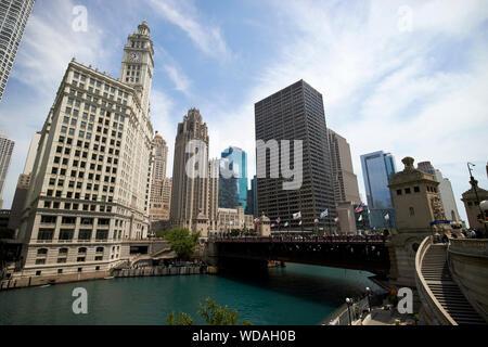 Vue sur la rivière de Chicago le wrigley building et la tribune Tower bridge dusable bâtiment équitable le centre-ville de Chicago Illinois Etats-Unis d'Amérique