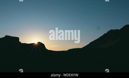 Montagnes Silhouette contre le ciel clair pendant le coucher du soleil Banque D'Images