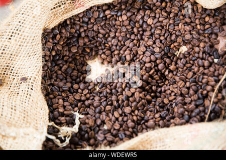 Full Frame Shot of Roasted Coffee Beans In Burlap Banque D'Images