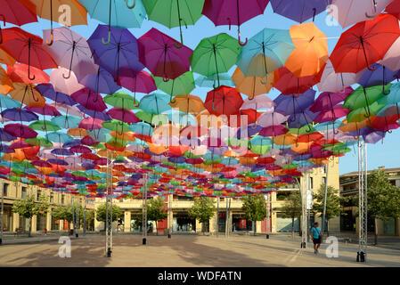 Parasols parasols colorés ou suspendues au-dessus de la Place François Villon, par artiste Patricia Cunha Projet Ciel Parapluie Art Installation Aix-en-Provence