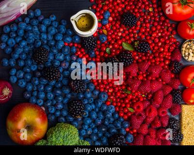 L'alimentation saine manger propre sélection: fruits, légumes, huile d'olive, superfood sur fond de bois Banque D'Images
