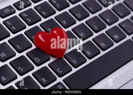High Angle View of heart shape On Laptop Banque D'Images
