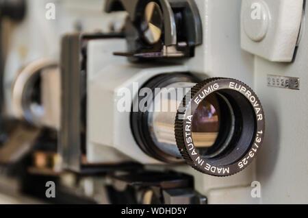 Vue rapprochée d'un Euprovar vintage Eumig projecteur de film 8 mm. La technologie a fait en Autriche Banque D'Images