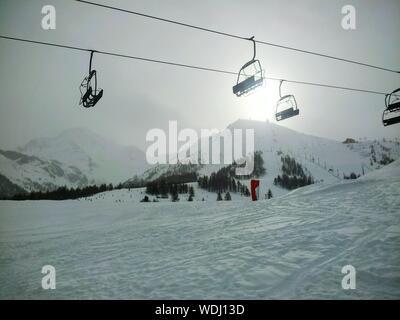 Low Angle View voitures câble aérien au-dessus de champ couvert de neige