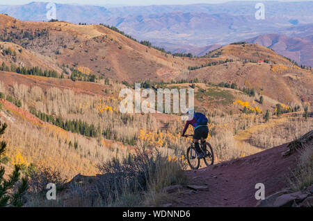 High Angle View Of Man Riding Bicycle On Mountain Banque D'Images