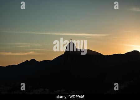 Vue éloignée du Christ Rédempteur contre le ciel au coucher du soleil Banque D'Images